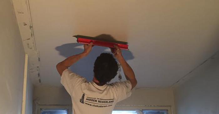 Plafond glad maken